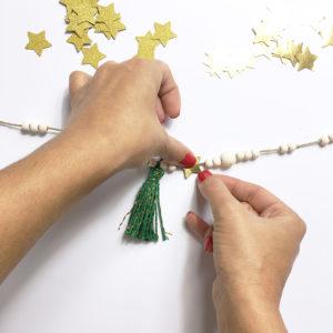 Kit guirlande murale de Noël - DIY guirlande en perles - Déco murale noël - kitik - DIY déco murale - Guirlande DIY en perles de bois